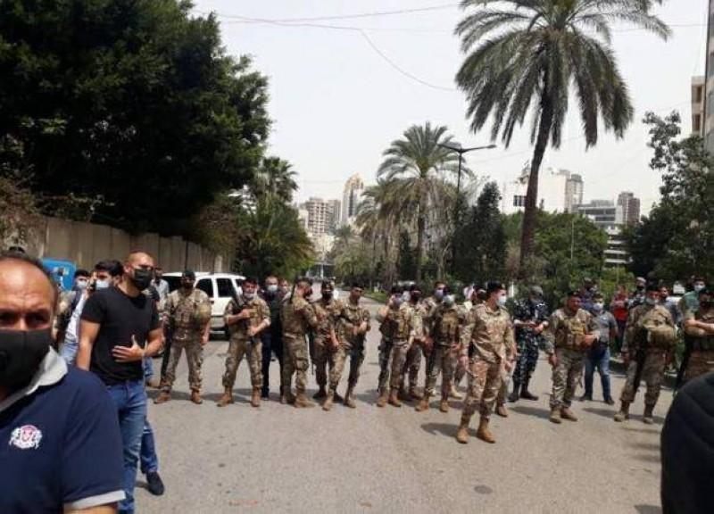 جنود لبنانيون يقفون بين شارعين للفصل بين مؤيدي القاضية عون ومؤيدي القاضي عويدات.