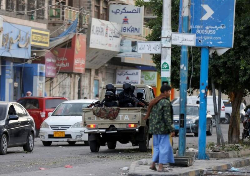حوثيون يغلقون محلات في صنعاء.