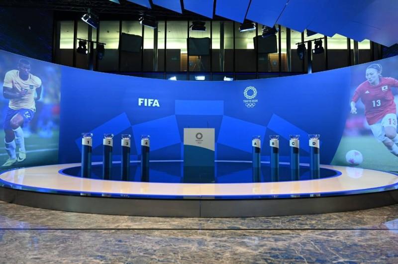 منصة سحب القرعة التي ستجرى تحت مظلة الاتحاد الدولي لكرة القدم.