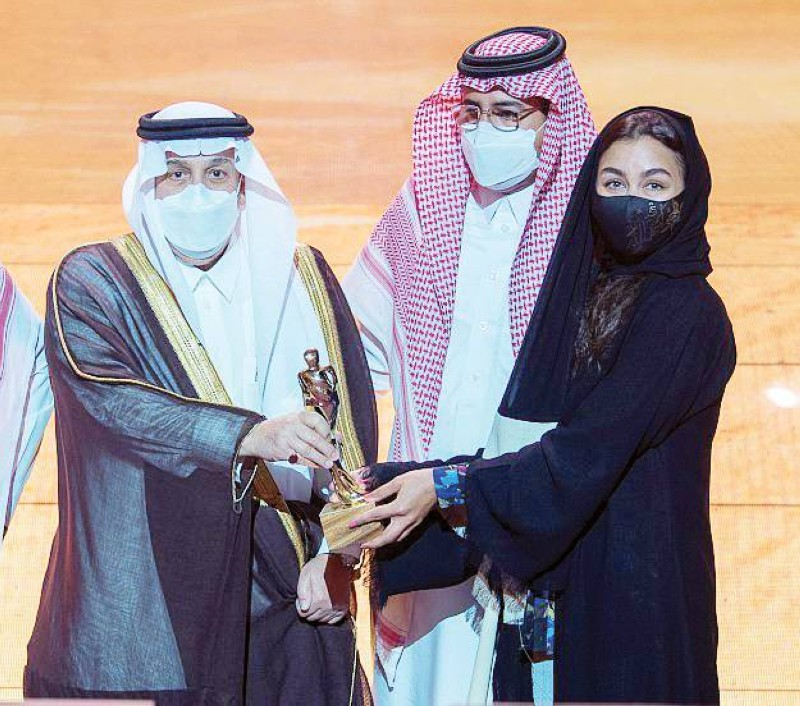 أمير منطقة الرياض يُكرم الفائزين بالجوائز الثقافية الوطنية.