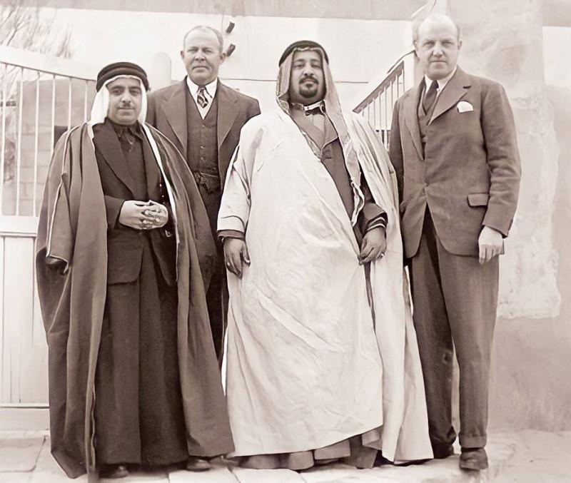 عبدالله ملا صالح الملا مع الشيخ عبدالله المبارك الصباح والسير فيليب ساوثويل من شركة النفط البريطانية.
