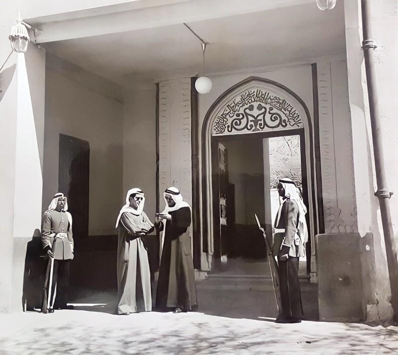 الشيخ صباح الأحمد الجابر مع بدر عبدالله الملا أمام بوابة قصر دسمان في مطلع الستينات.