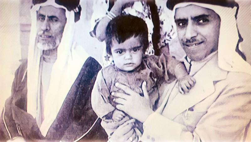 الملا صالح إلى اليسار مع ابنه عبدالله حاملا الحفيد بدر عبدالله الملا.