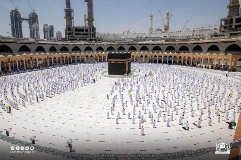 تطبيق الإجراءات الاحترازية أثناء أداء الصلوات في الحرم المكي (تصوير: رئاسة شؤون الحرمين «تويتر»)