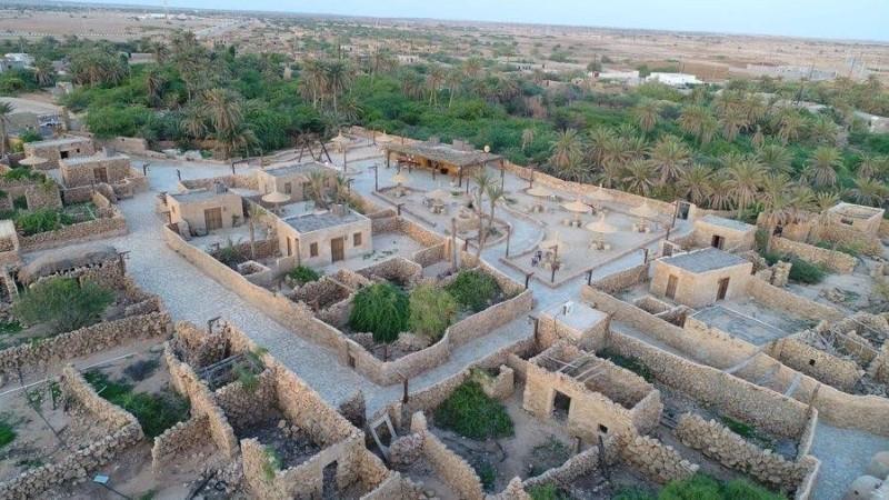 تضم القرية نحو 400 بيت تزين معظمها نقوش زخرفية وكتابات قديمة.
