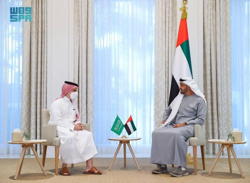 وزير الخارجية السعودي يستعرض تعزيز العلاقات الثنائية مع ولي عهد أبوظبي