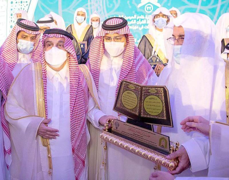 أمير الرياض خلال تكريمه لجنة التحكيم والفائزين بالمسابقة.