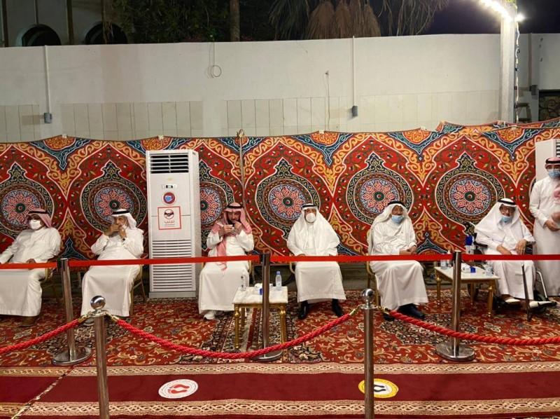 ذوو الفقيد في مجلس العزاء. (تصوير : عبدالسلام السلمي)