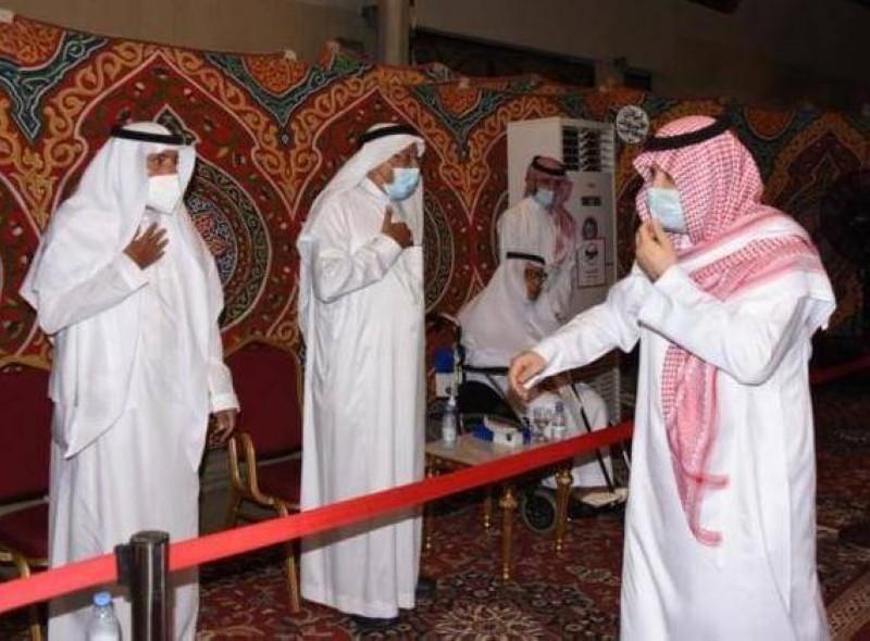 الأمير مشعل بن ماجد مقدما التعازي.