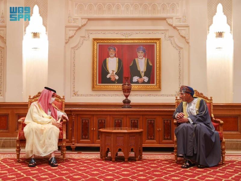 وزير الخارجية السعودي ملتقيا نائب رئيس الوزراء في سلطنة عمان