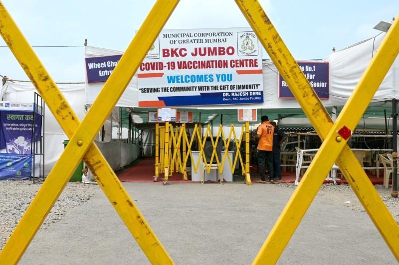 مركز تطعيم في مومباي مغلق لنقص إمدادات اللقاح.