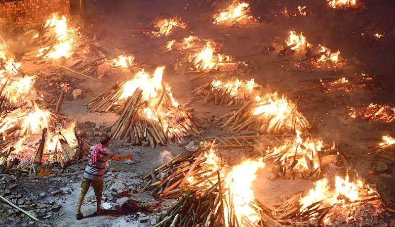 نيران محرقة الجثامين تضيء ليل العاصمة نيودلهي.