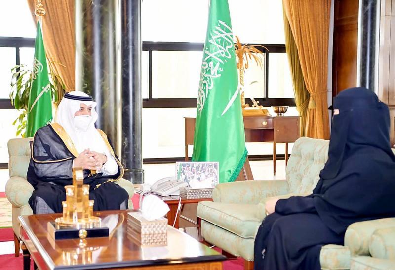 الأمير فهد بن سلطان خلال استقباله عضو الشورى أميرة البلوي.