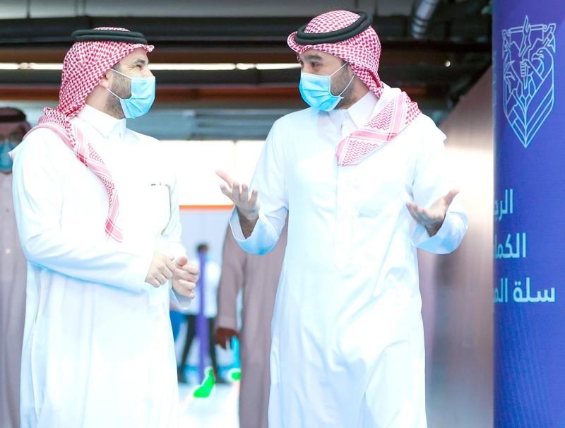 وزير الرياضة في حديث جانبي مع أحد أفراد فريق عمله.