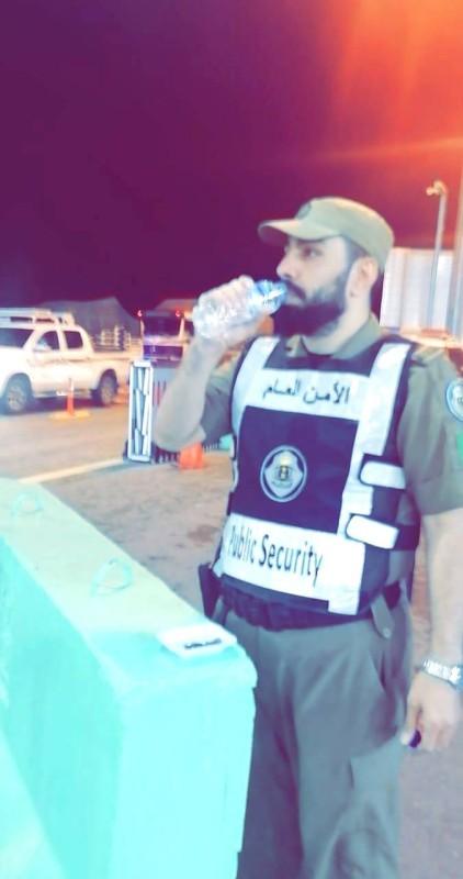رجل أمن يروي عطشه ساعة الإفطار.