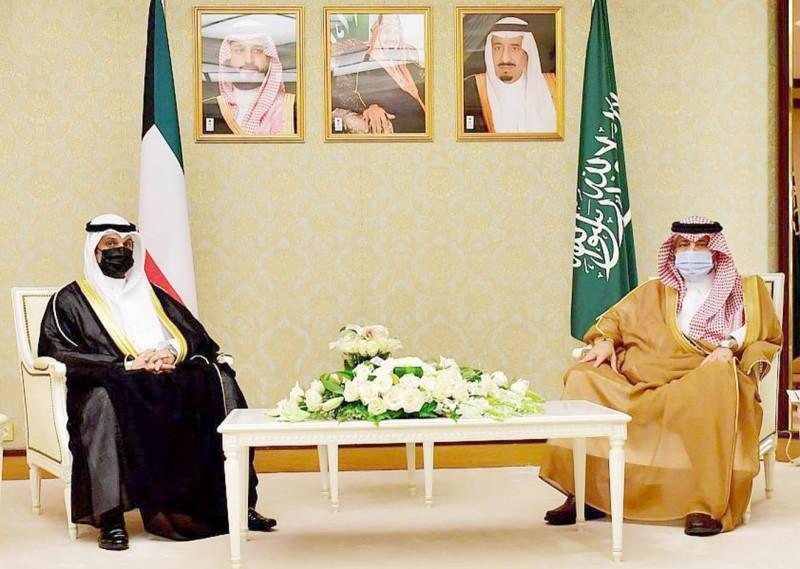 وزير الإعلام مستقبلا الوزير الكويتي.