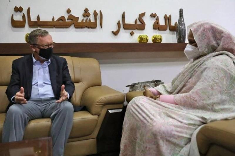 وزيرة خارجية السودان تستقبل المبعوث الأمريكي للقرن الأفريقي في الخرطوم أمس.