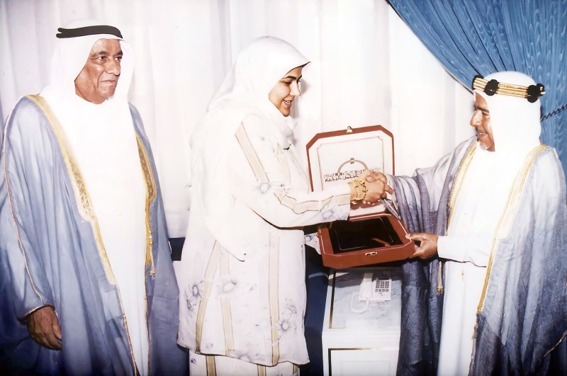 الأمير الراحل عيسى بن سلمان يكرم الخاجة بحضور والدها.