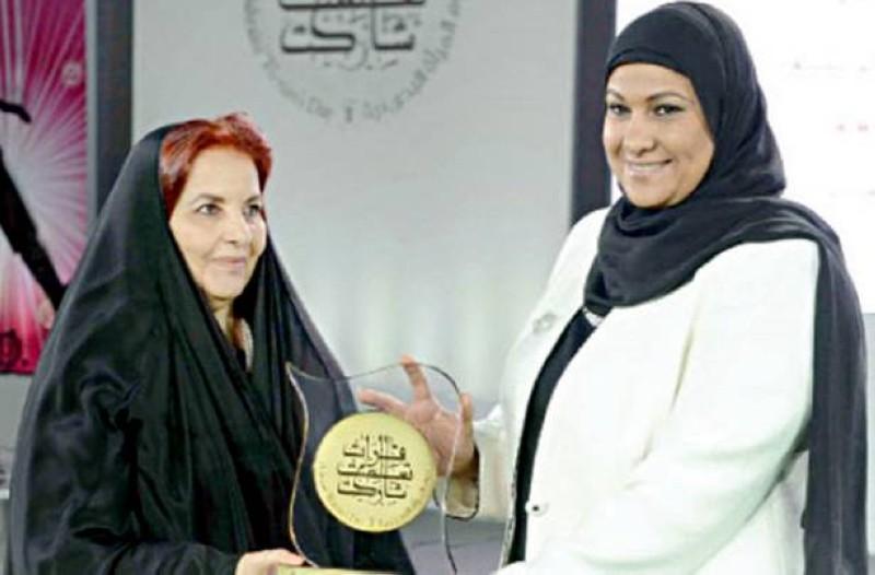 الخاجة مع الشيخة سبيكة بنت إبراهيم آل خليفة خلال تكريمها بمناسبة يوم المرأة العالمي.