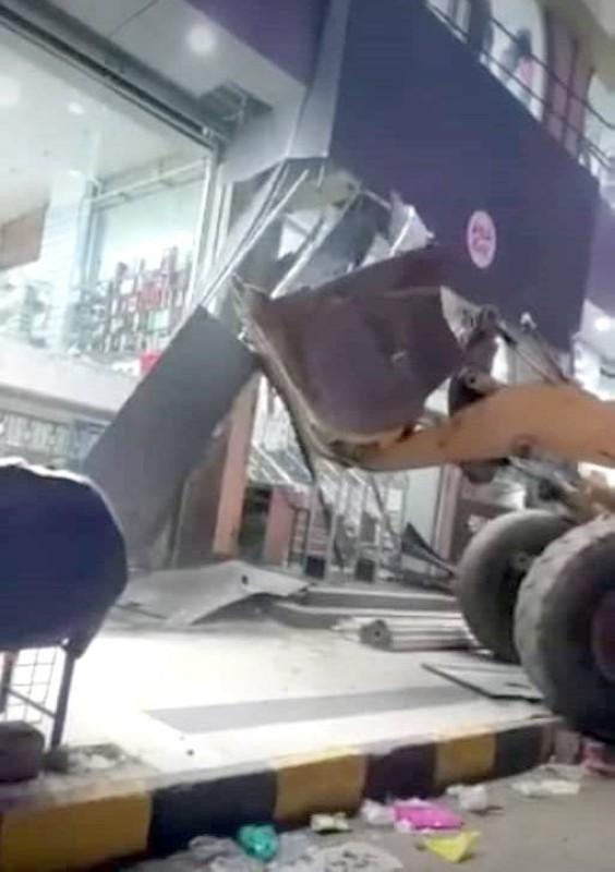 آليات المليشيا تهدم مولاً تجارياً في صنعاء أمس الأول.