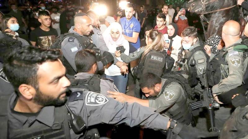 من الاشتباكات بين الشرطة الإسرائيلية وفلسطينيين في حي الشيخ جراح.