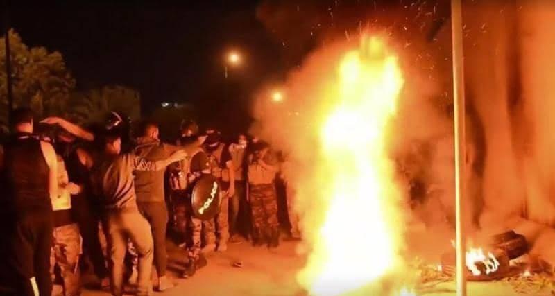 المحتجون أحرقوا مقطورات خارج القنصلية الإيرانية في كربلاء.