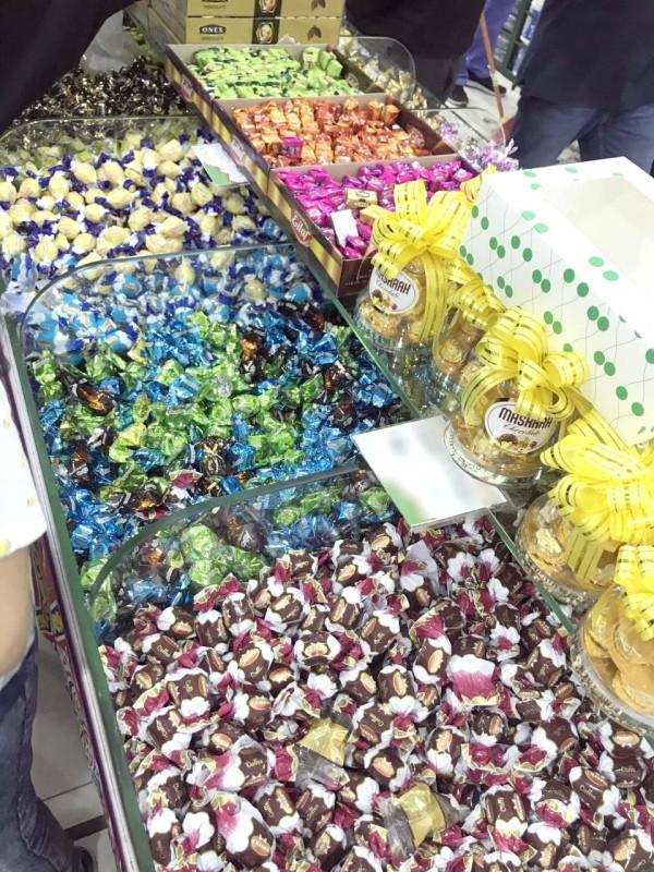 محل تجاري سمح للمتسوقين بأخذ الحلويات مباشرة دون إجراءات احترازية.