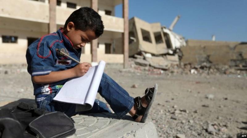 أطفال اليمن خارج المدارس المدمرة في تعز.