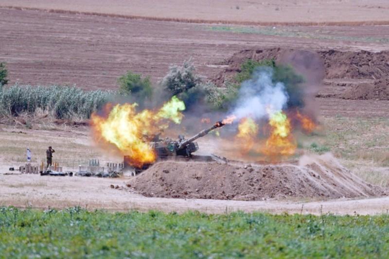 آلية إسرائيلية تطلق الصواريخ على غزة.