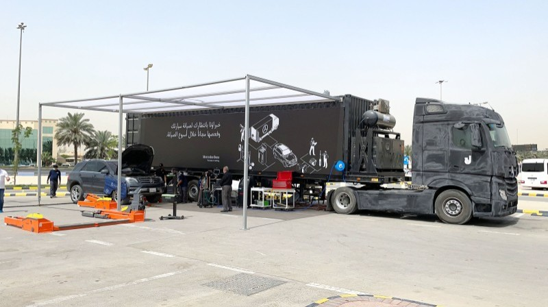 شاحنة مرسيدس المجهزة بكامل الأدوات لتقديم خدمات الصيانة.