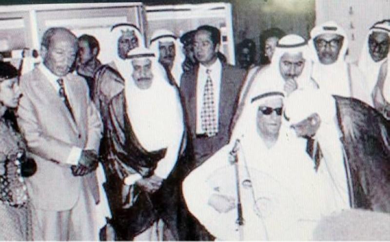 الفضالة يغني بدار الإذاعة الكويتية بحضور الشيخ صباح السالم الصباح ومسؤولي وزارة الإعلام الكويتية.