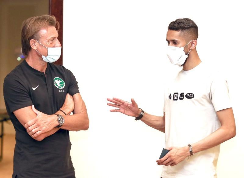 مدرب المنتخب السعودي رينارد والكابتن سلمان الفرج في نقاش على هامش معسكر الرياض. (مواقع التواصل)