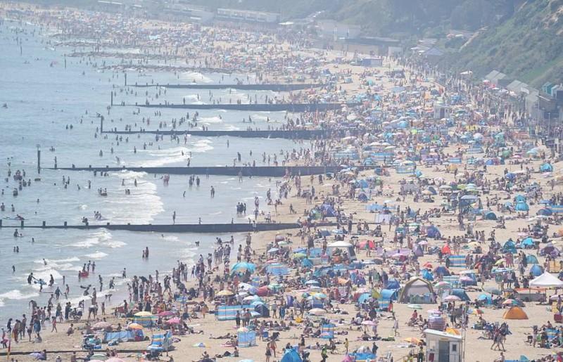 البريطانيون تدفقوا الإثنين على الشواطئ للاستمتاع بالشمس والعطلة.   (وكالات)