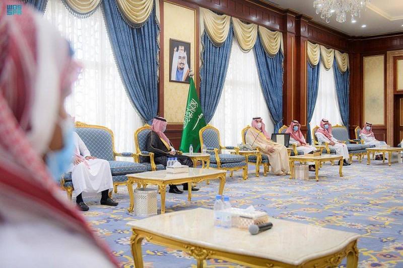 الأمير فيصل بن سلمان خلال لقائه أفراد مكافحة المخدرات.