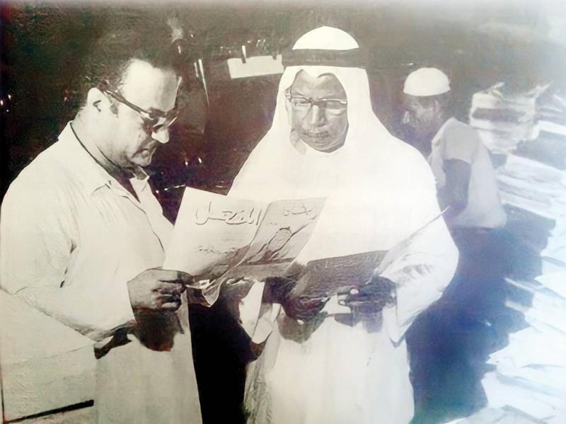 الأنصاري يراجع بروفة مجلة المنهل مع محمد حسين أصفهاني صاحب مطابع الأصفهاني بجدة.