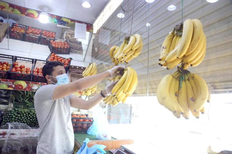 بائع يقدم فاكهة الموز لزبائه في جدة أمس. (تصوير: مديني عسيري).