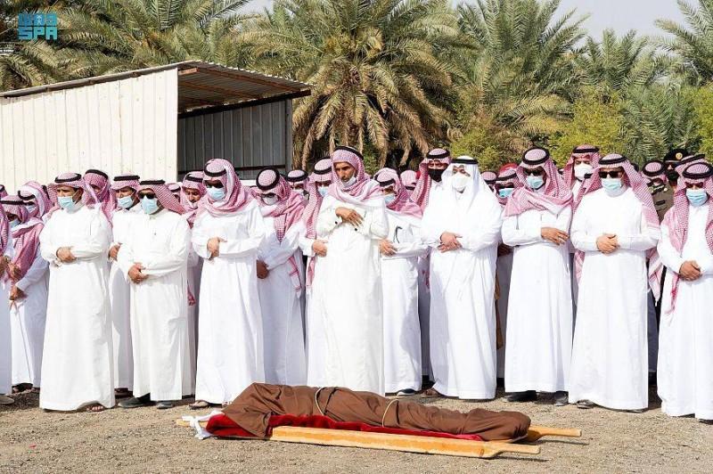 الأمير محمد بن عبدالرحمن مؤديا الصلاة على الفقيد.(واس)