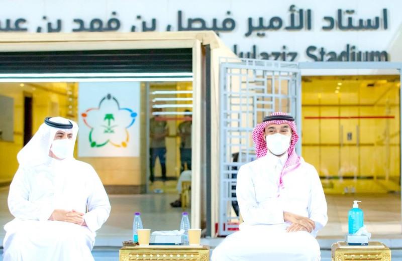 الأمير عبدالعزيز بن تركي في حديث جانبي مع رجاء الله السلمي. (وزارة الرياضة)