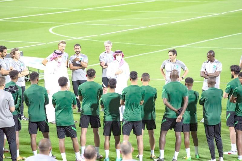 وزير الرياضة الأمير عبدالعزيز بن تركي في حديث مع اللاعبين قبل مباراة سنغافورة. (مواقع التواصل)