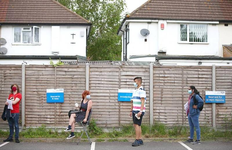 طابور الحصول على اللقاح بحي ستانمور في لندن أمس.   (عكاظ)