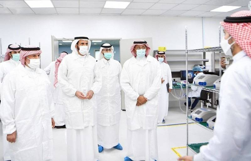 وزيرا الصناعة والثروة المعدنية والصحة يدشنان أول جهاز تنفس صناعي بمواصفات عالمية صنع في السعودية. (واس)