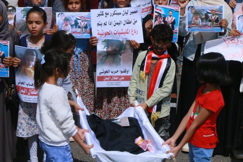أطفال أثناء التشييع في مسيرة احتجاجية على الصمت الأممي.