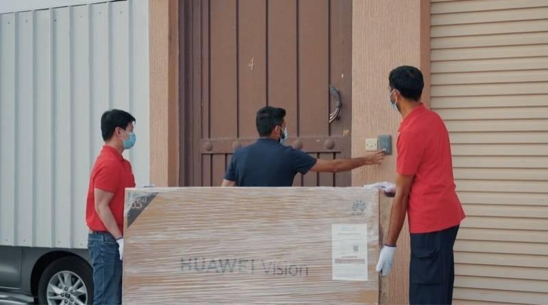 فريق التوصيل يسلم أول عميل HUAWEI Vision s.