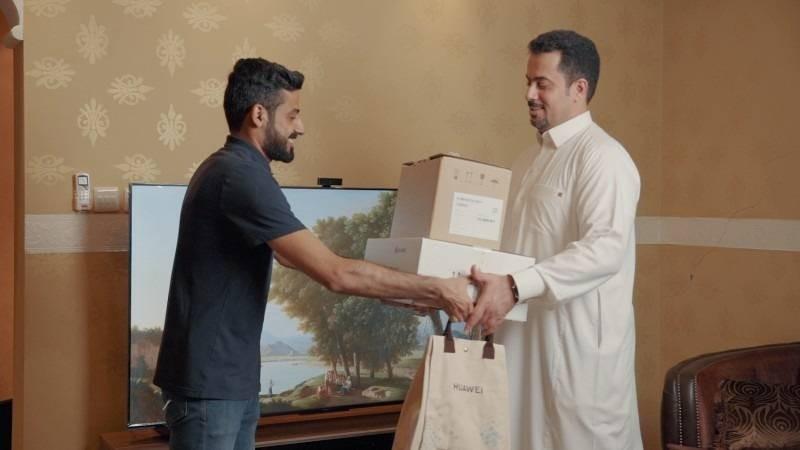 أول عميل في السعودية يتسلم شاشة HUAWEI Vision s