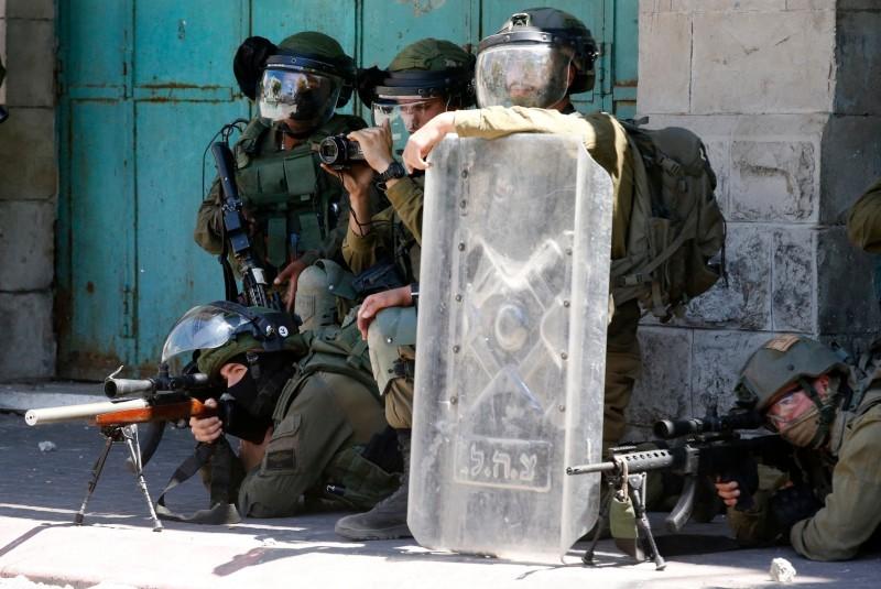 جنود الاحتلال يصوبون أسلحتهم نحو فلسطينيين في الضفة الغربية.