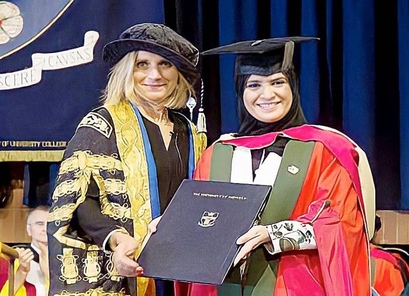 القبيسي وقت حصولها على درجة الدكتوراه الفخرية من جامعة شيفيلد عام 2016.