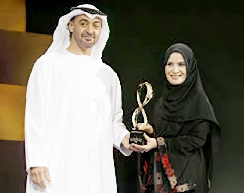 القبيسي تتسلم جائزة أبوظبي  من  الشيخ محمد بن زايد عام 2008.