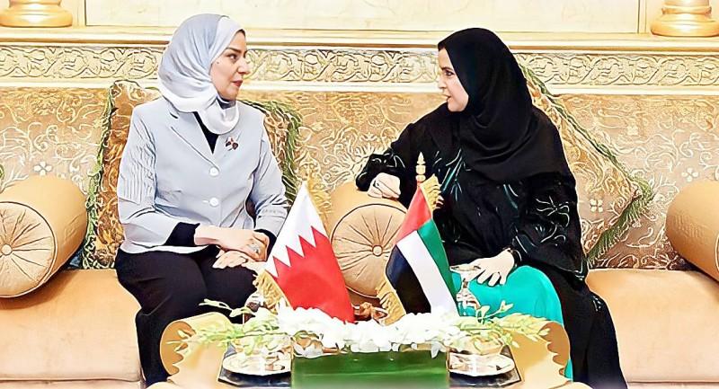 القبيسي مع زميلتها فوزية زينل رئيسة مجلس النواب البحريني.