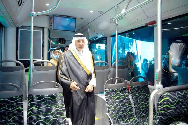 أمير منطقة مكة المكرمة خلال تدشينه المشروع.  (واس)
