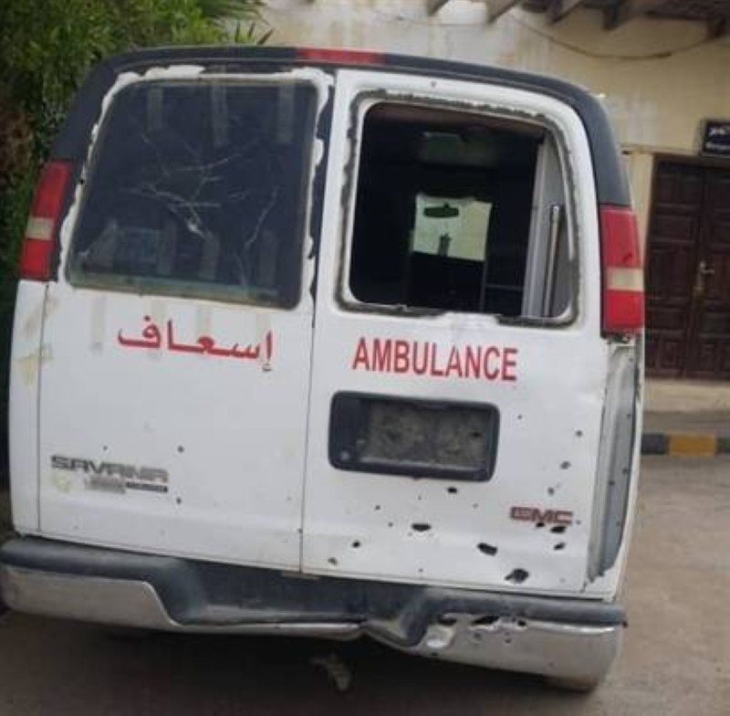 سيارة إسعاف تعرضت للتخريب بصواريخ المليشيا.